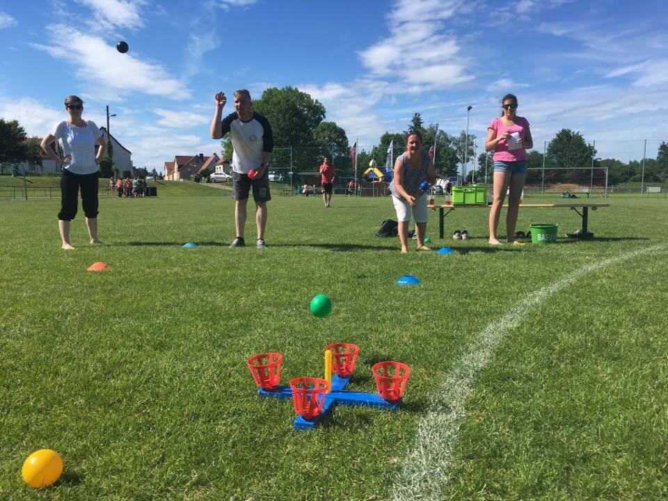 1. Familiensportfest: Disziplin Bälle werfen
