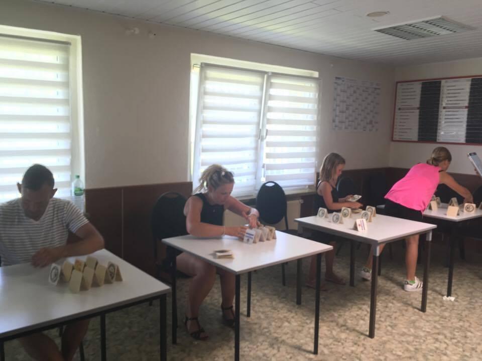 1. Familiensportfest: Disziplin Kartenhäuschen bauen