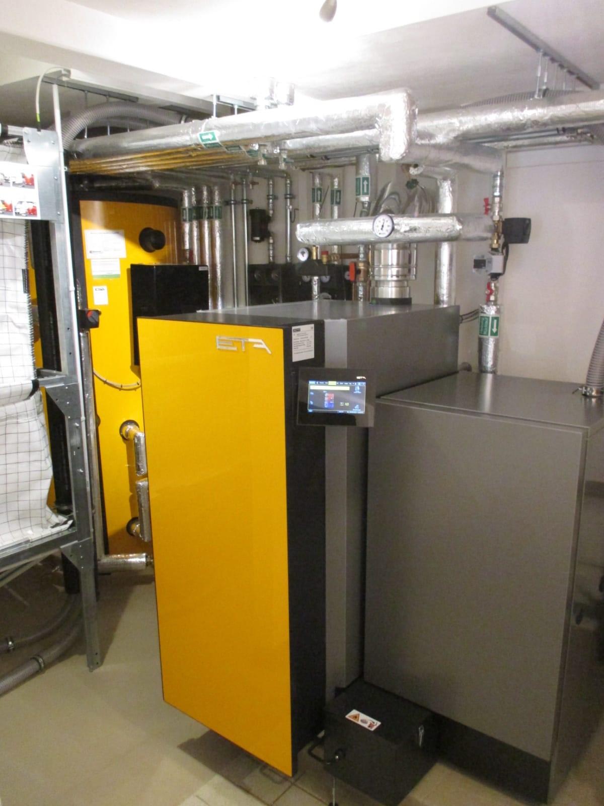 ETA Twin, die perfekte Ergänzung um Pellet und eine Scheitholzheizung zu vereinen. Zwei Brennkammern, ein Gerät.