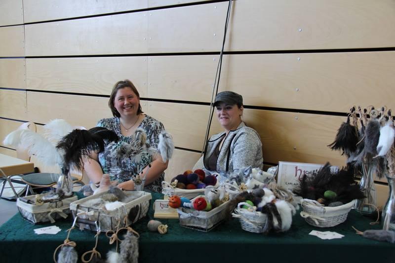 Links bin Ich, rechts meine Lieblings-Helfe-Elfe Vanessa  ... und vorne dran das Paradies für Katzen ;) (Das Bild ist von der Ausstellung im April 2017, in Bindlach vom Katzenfreunde Bayern e.V. -danke! :) )