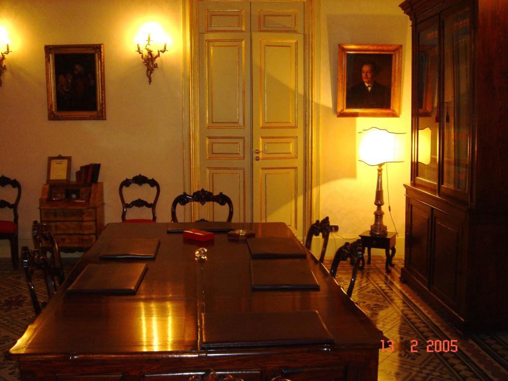 La sala riunioni dello studio. Sull'ampia volta affresco di Natale Attanasio (v. album).
