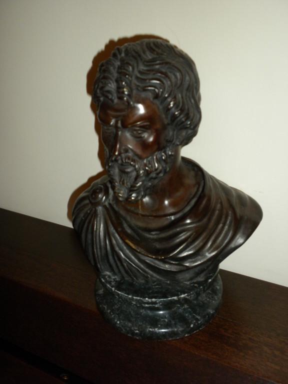 Particolare della sala d'ingresso dello studio. Busto bronzeo di Aristotele.