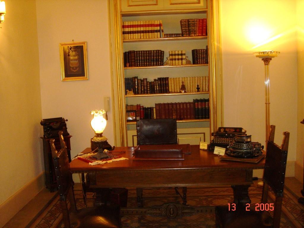 """Lo studio alla """"Stanza degli stivali"""". Particolare della raccolta di libri antichi ('700-'800)."""