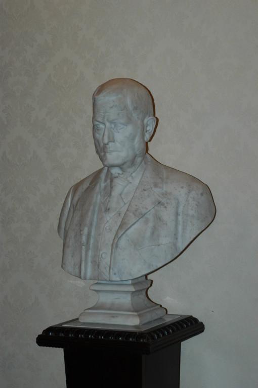 """Busto marmoreo di """"antenato"""". Particolare della sala riunioni."""