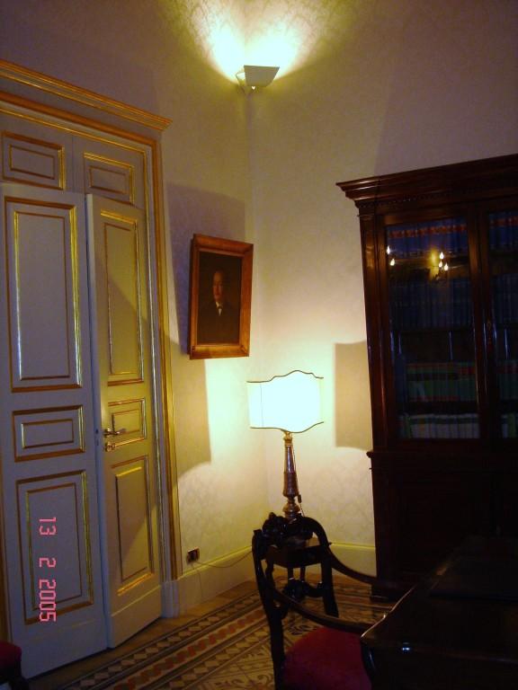 Particolare della sala riunione. Antica ceriera ('700-lume) e olio di antenato ('800)