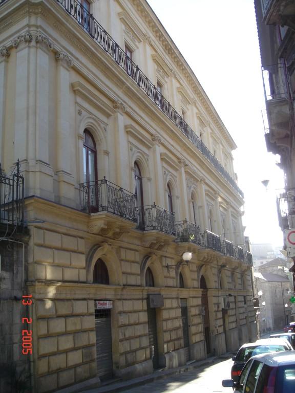 La prospettiva del palazzo su via F.lli Testa. In primo piano: il piano nobile sede dello studio.