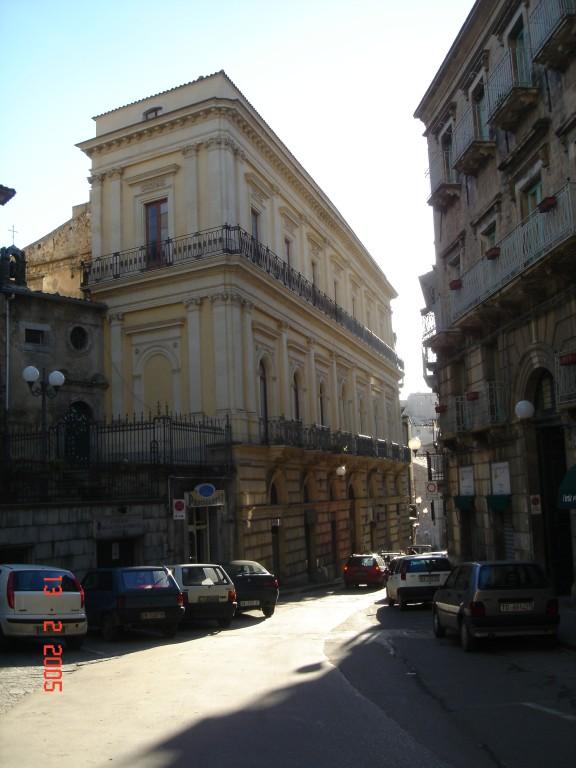 L'ardita prospettiva di Palazzo Cirino visto dalla base della Torre campanaria.