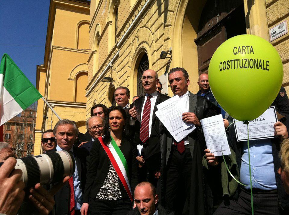 Maurizio De Tilla arringa la folla