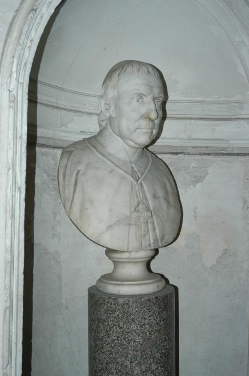 Mons. Giovanni Cirino-Busto marmoreo che domina lo scalone di ingresso