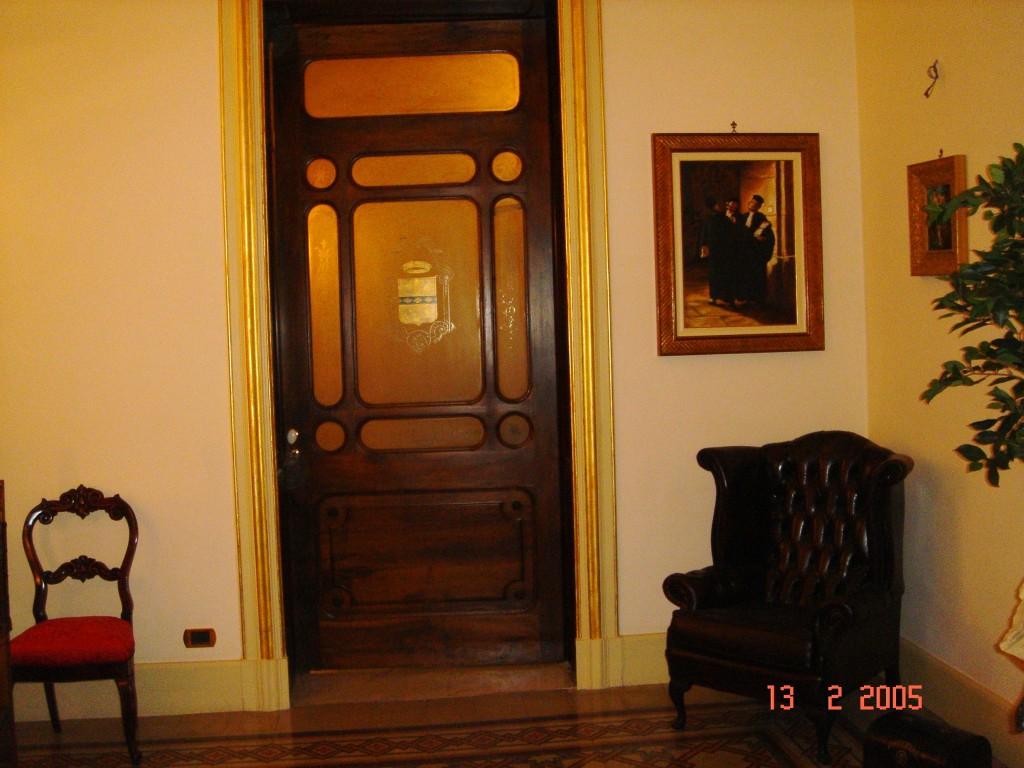 Bussola d'ingresso al salone di rappresentanza (ora sala riunioni) Particolare: stemma dipinto su vetro.