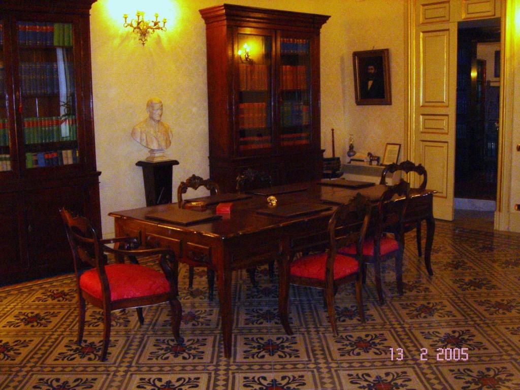 Il salone di rappresentanza.Ora sala riunioni dello studio. Sull'ampia volta affresco di N. Attanasio.