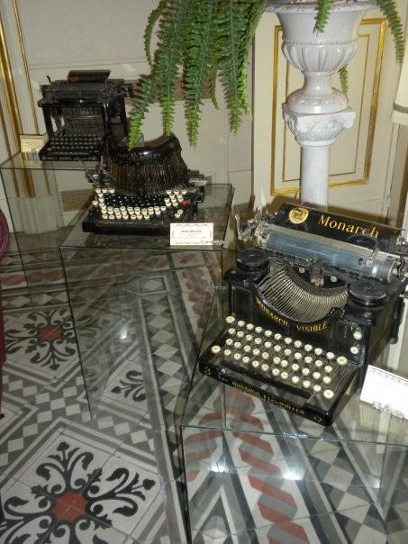La collezione - musealizzazione: Espositori in vetro - sala riunione
