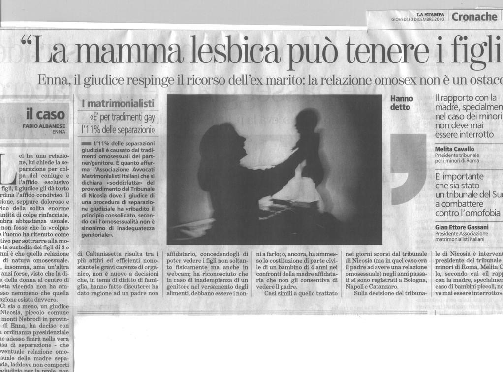 """LA STAMPA -30/12/2010 - """"La mamma lesbica può tenere i figli"""". Enna, il giudice respinge il ricorso dell'ex marito: la relazioe omosex non è un ostacolo.Gian Ettore Gassan-Pres.AMI:E' importante che sia stato un tribunale del Sud a combattere l'omofobia."""""""