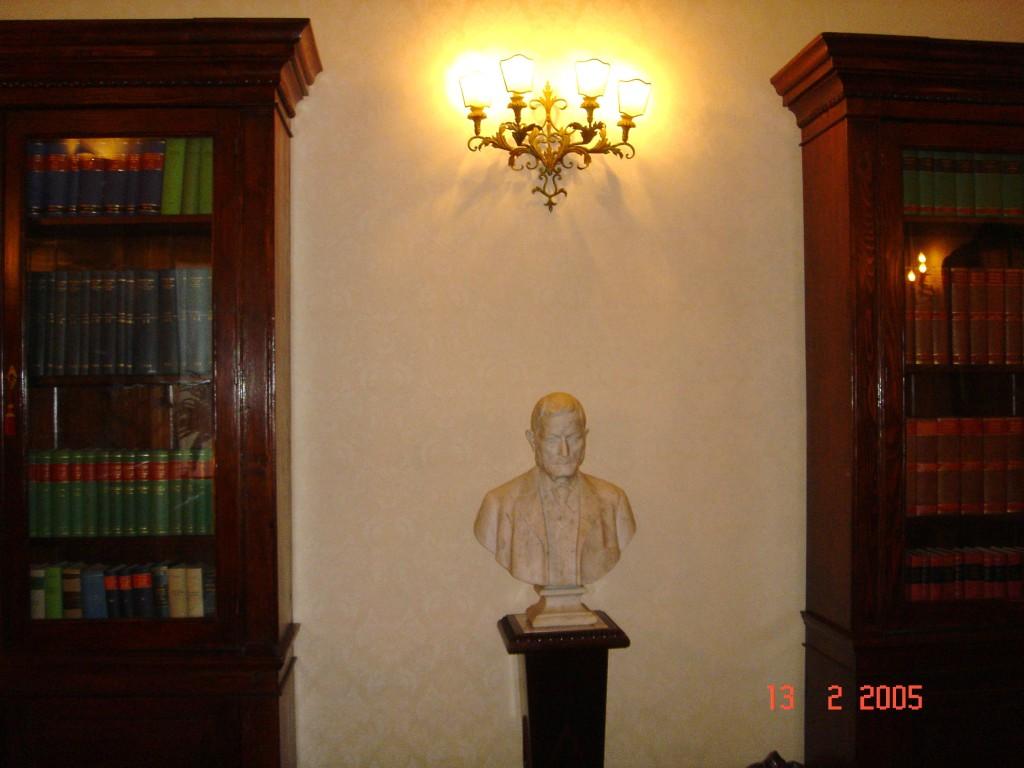 """Particolare della sala riunioni-biblioteca. Busto marmoreo di """"antenato""""."""