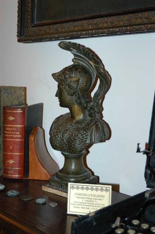 """Lo studio alla """"stanza degli stuvali"""" Particolare:  Statuetta bronzea di Minerva."""
