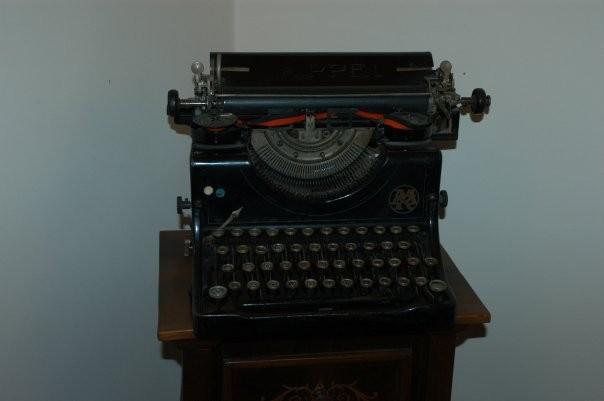 """Macchina da scrivere cecosalovacca. Il mio pezzo """"N.1"""" Comprata nei pressi del Cimitero Ebraico di Praga"""