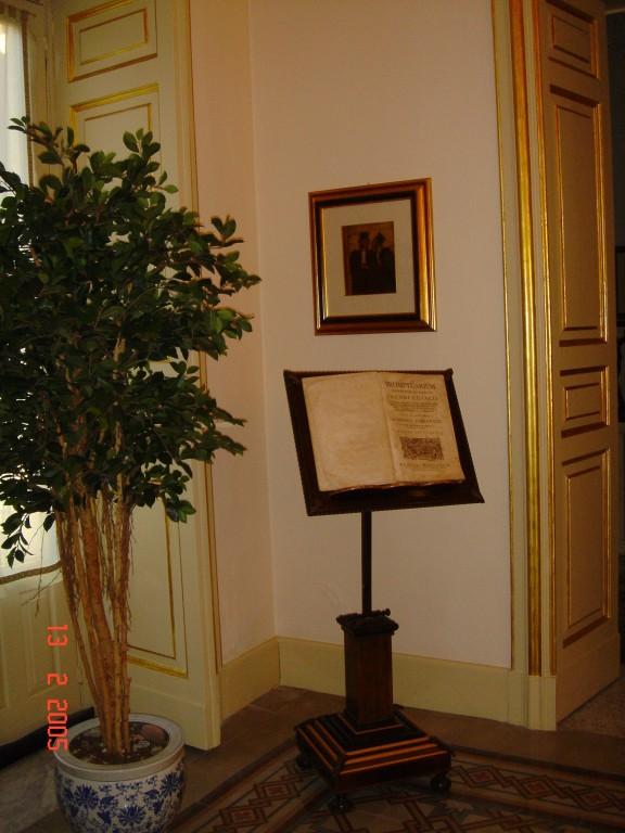 """Particolare dello studio della """"Stanza degli stivali"""". Olio: Omaggio a Daumier - '800 francese Libro antico: Prontuario di tutte le opere di Giacomo Cujacii-Napoli - MDCCLXIII"""