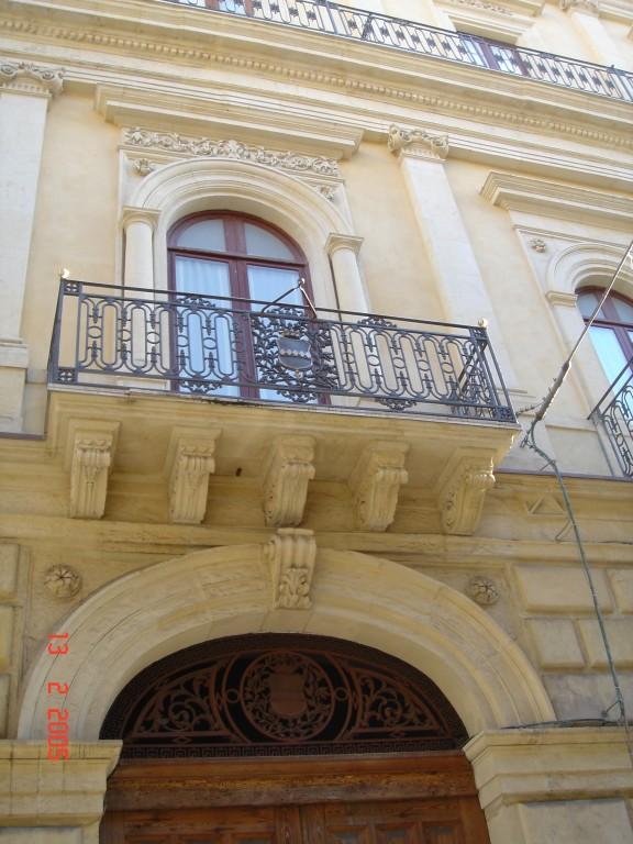 Il balcone centrale del piano nobile di Palazzo Cirino.