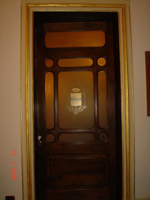 Bussola d'ingresso al salone di rappresentanza del piano nobile (ora sala riunioni) Particolare: stemma dipinto su vetro.
