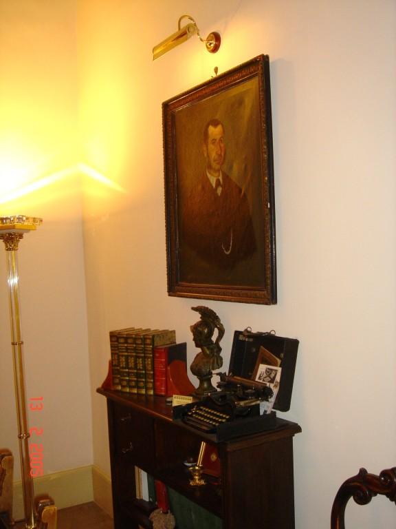 """La stanza degli stivali. Particolari. Quadro olio '800 Sicilia di antenato. CORONA 3 FOLDING """" Standard Folding Typewriter """" ( """" chiudibile """") Rose Typewriter Company of New Tork-1° modello di macchina da scrivere portatile Groton,New Jork  - U.S.A.1901"""