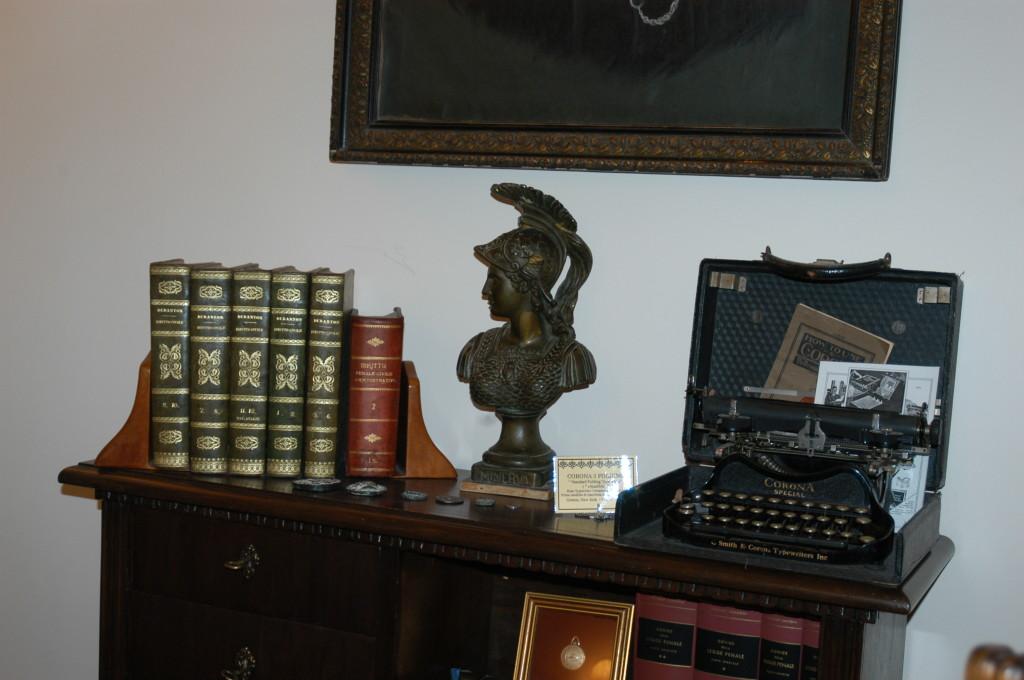 """Lo studio alla """"stanza degli stivali"""" Particolare: Statuetta bronzea di Minerva.  CORONA 3 FOLDING """" Standard Folding Typewriter """" ( """" chiudibile """") Rose Typewriter Company of New Tork Groton, New Jork  - U.S.A.1901"""