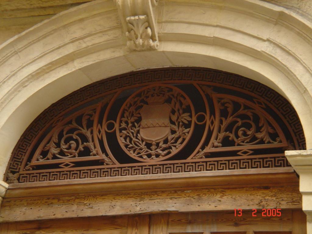 La stemma dei Cirino riprodotto sull'imponente portale centrale(Cinque losanghe su fondo dorato corona di baroni e croce di cavalieri di Malta)