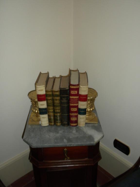 Particolare della sala d'ingresso dello studio. Antichi libri ('700-'800) con dorso rilegato in pelle e pergamena..