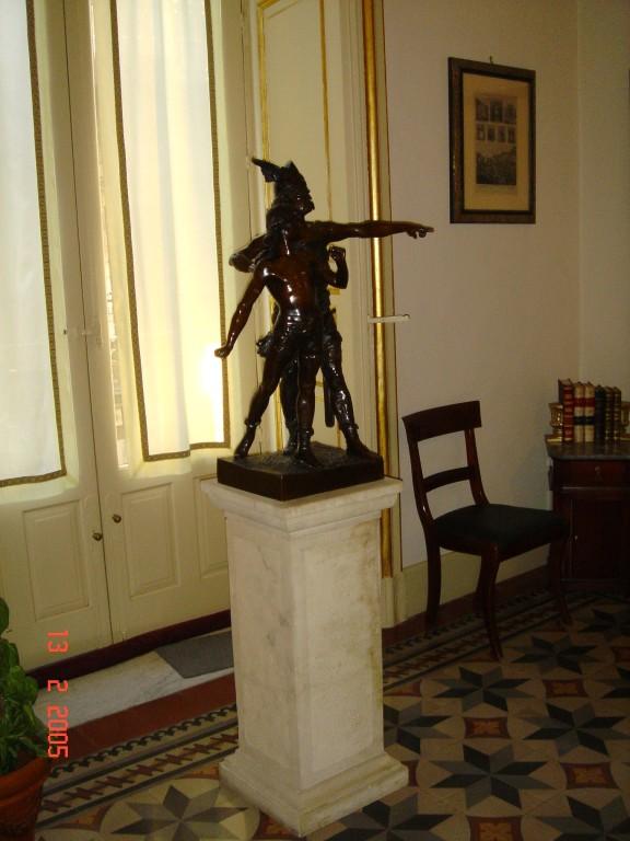"""Gli interni (sala d'attesa)Statua bronzea '800 francesce. """"La patrie"""". Particolare della sala d'ingresso dello studio."""