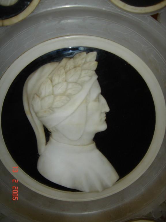 Particolare raffigurante Dante Alighieri. Piatto in alabastro e marmo '700.