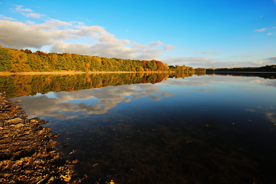 Hullerner Stausee im Herbst.