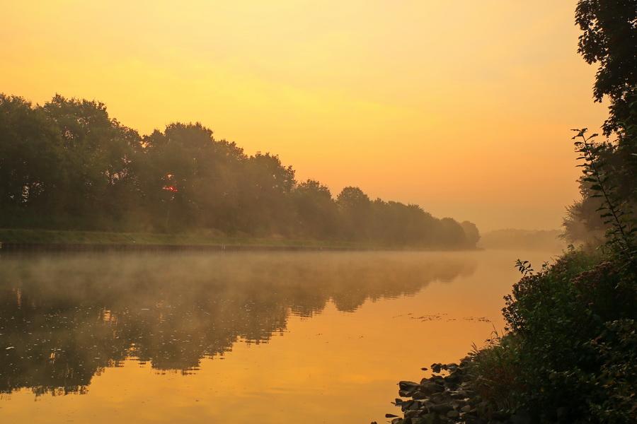 Sonnenaufgang im September am Kanal.