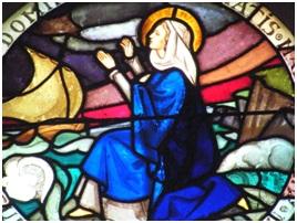 Vitrail de l'occulus – La vierge en prières