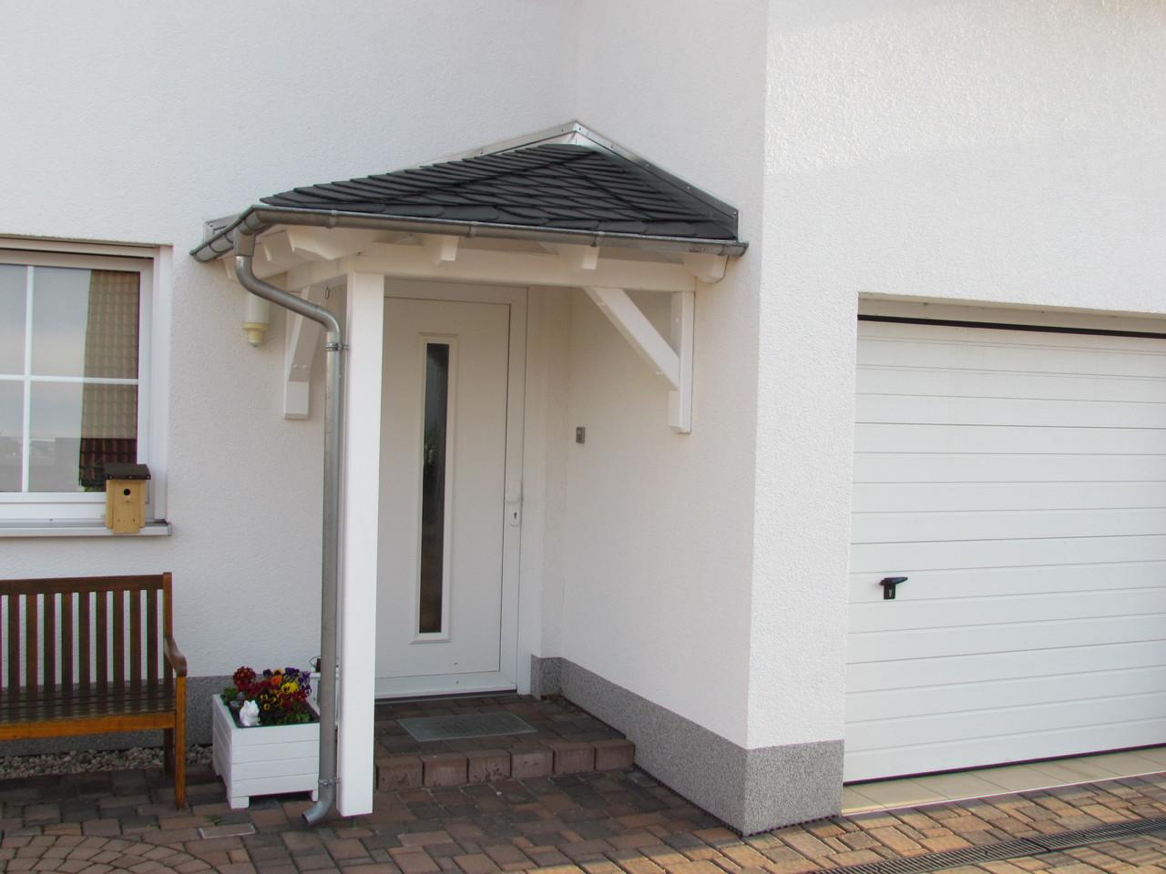 Vordach in einer Wandinnenecke