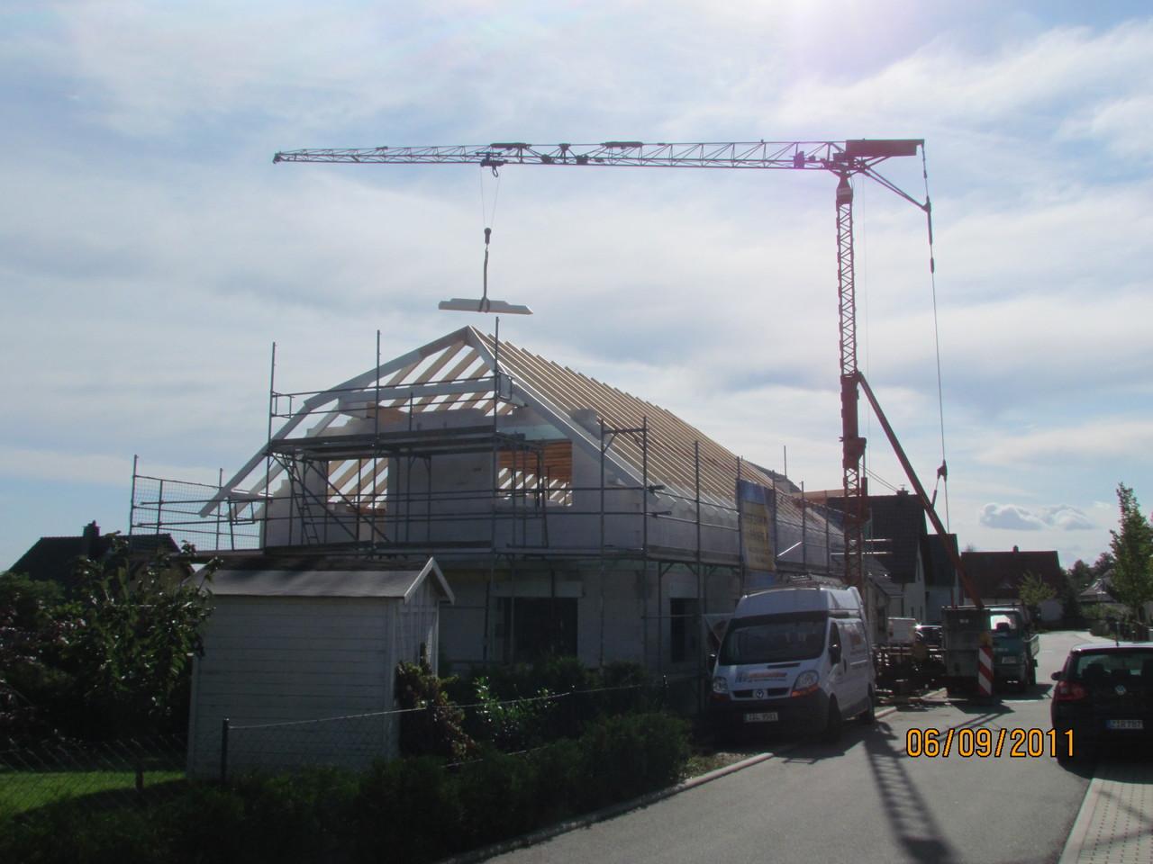 Der Aufbau des Daches erfolgt mit eigenen Kran