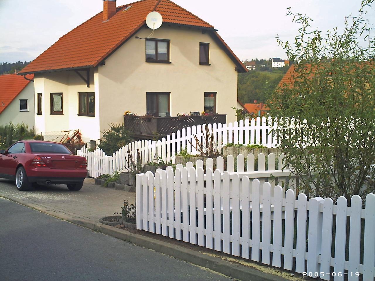 Gartenzaun in weiß geschwungen