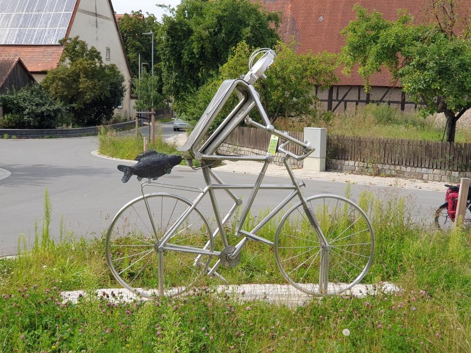 Skulptur Radfaher mit Karpfer