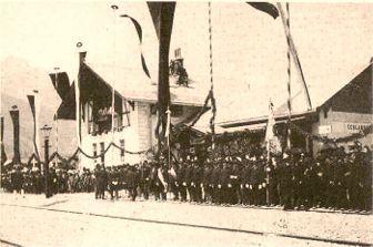 Ehrenparade zur Eröffnung der Vinschgerbahn am 1. Juli 1906 im Bahnhof Schlanders
