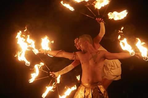 Feuershow in München für Hochzeiten, Geburtstage & Firmenevents. Keine Feuershow gleicht der anderen ob Indoor oder Outdoor durchgeführt, alle Sicherheitsmaßnahmen werden strikt eingehalten.