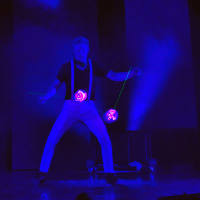 Der Diabolo Artist aus Nürnberg mit seiner Diabolo-Jonglage-Show die auch als walking Act mit seinem leucht Roboto Kostüm überall gezeigt werden kann. Betriebsfeier, Firmenfeier, Weihnachtsfeier, Sommerfeste in Nürnberg und Umgebung eine Sensation..