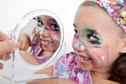 Kinderschminken Landshut und auch die Glitzer Tattos werden mit dermatologisch getesteten Farben durchgeführt und begeistert ihre Gäste auf höchsten Niveau mit Luftballonmodellage und Luftballontiere , Kinderschminken Landshut immerein Erlebnis.