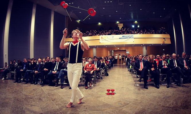 Der Diabolo Artist mit seiner Diabolo-Jonglage-Show auch als walk Act mit seinem leucht Roboto Kostüm auf Ihrer Betriebs-Feier sorgt für atemberaubende Erlebnisse in Karlsruhe. Bis zu 3 angedrehte Diabolos gleichzeitig auf nur einer Schnur jonglieren!?