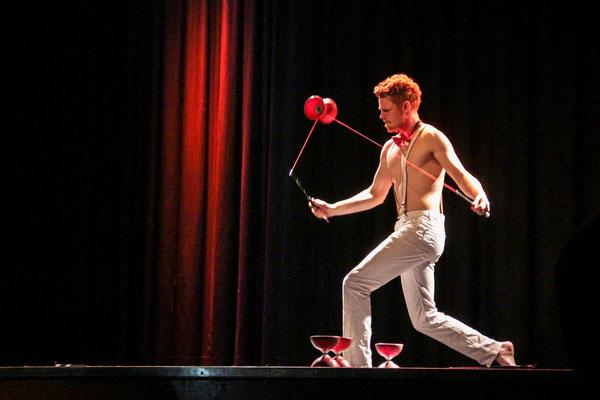 Diabolo Artist mit seiner Diabolo-Jonglage-Show auch als walk Act mit seinem leucht Roboto Kostüm ist das Highlight auf Ihrer Betriebs-Feier sorgt für atemberaubende Erlebnisse in Stuttgart und ganz Deutschland, Österreich, Schweiz.