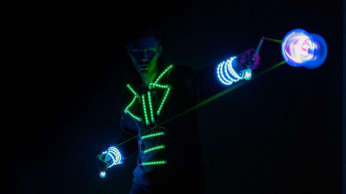 Der Weltklasse Diabolo Artist mit seiner leucht Diabolo-Show auch als walk Act mit seinem leucht Roboto Kostüm ist das Highlight auf Ihrer Betriebs-Feier sorgt für atemberaubende Erlebnisse in Stuttgart und ganz Deutschland, Österreich, Schweiz.