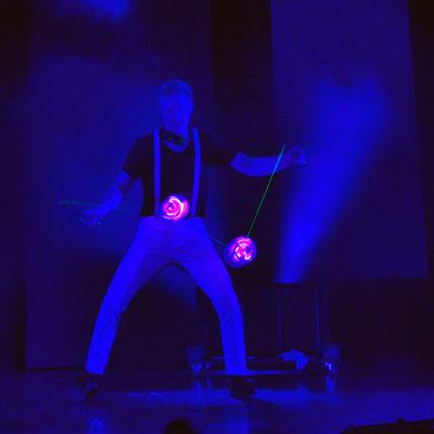 Diabolo Artist begeistert bei Hochzeit, Geburtstag und Firmenfeier! Sommerfeste, Weihnachtsfeier mit seiner leucht Diabolo-Show auch als walking Act mit seinem Roboter Kostüm ist er das Highlight auf Ihrem Event und sorgt für schöne Momente in Stuttgart.