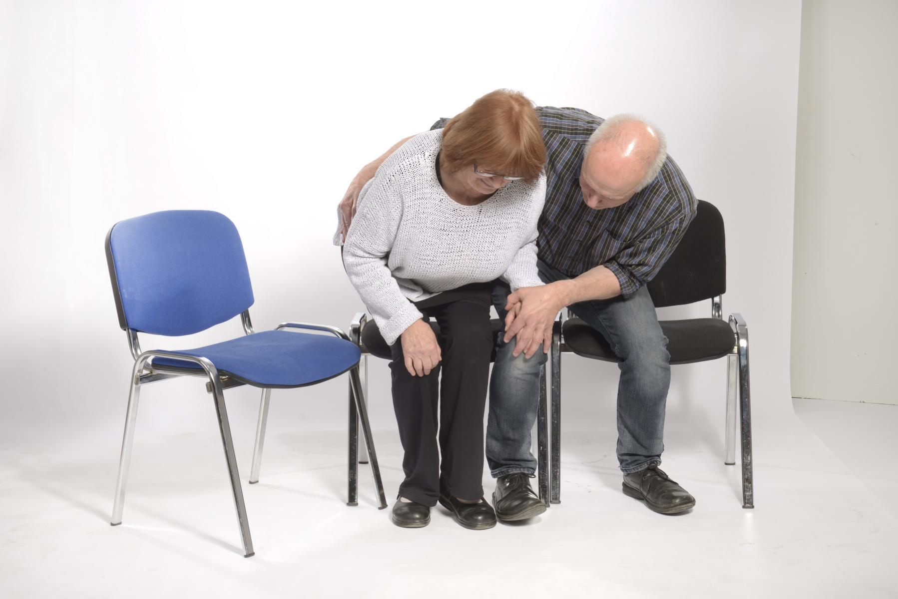 4. Wenn das Gewicht auf den Beinen liegt, leitet die Pflegekraft mit einem Druckimpuls über Ihr Becken die  Bewegung zu Seite ein.
