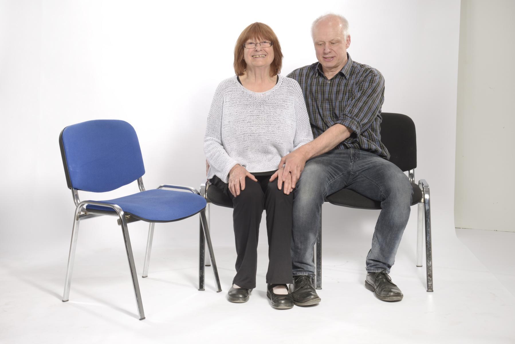 1. Beide Personen haben ständig Kontakt über Beine und Becken. Die rechte Hand der Pflegekraft liegt hinten auf dem Beckenrand der zu mobilisierenden Person, die linke Hand auf deren Handrücken.