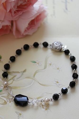 ヴィンテージお花留め金具を使ったスワロフスキー黒とパールのブレスレット