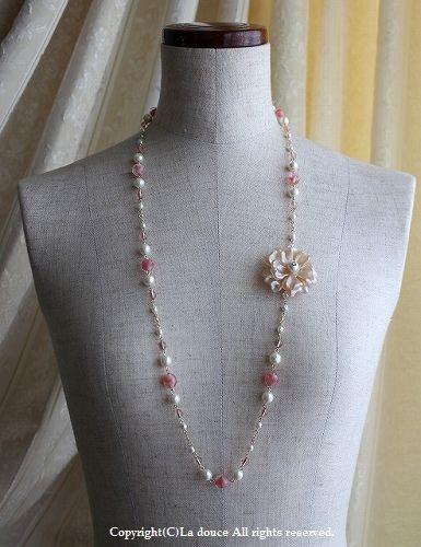 パールとヴィンテージピンクのお花ロングネックレス