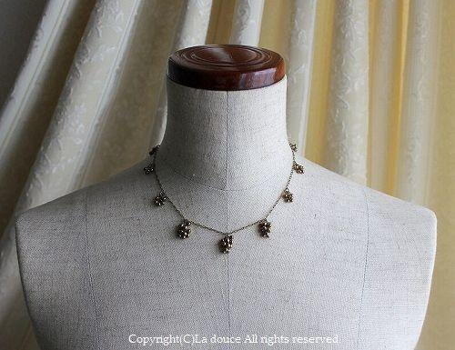 アンティークゴールドの華奢な粒粒ネックレス
