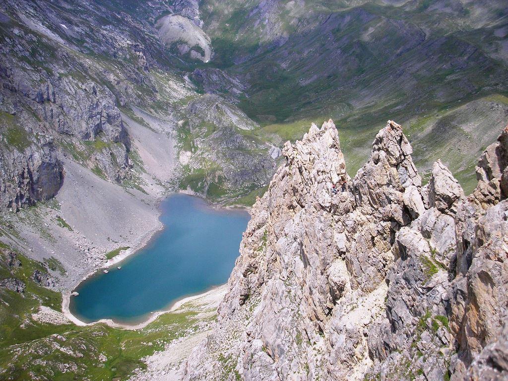 Le grand lac  vers l'alpe du Lauzet. Photo prise des Crètes de la Bruyère lorsqu'on les traverse en escalade.(Massif des Cerces)